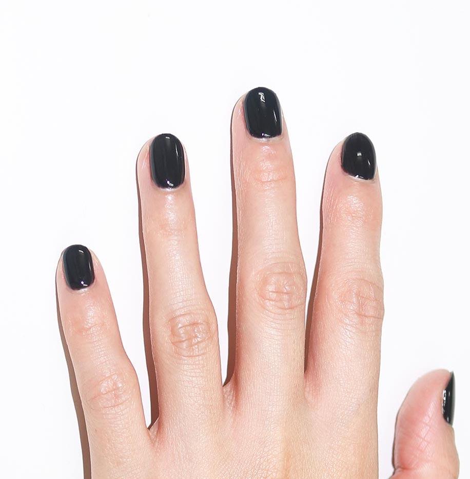 きれいに塗られた黒単色ジェルネイルハンド